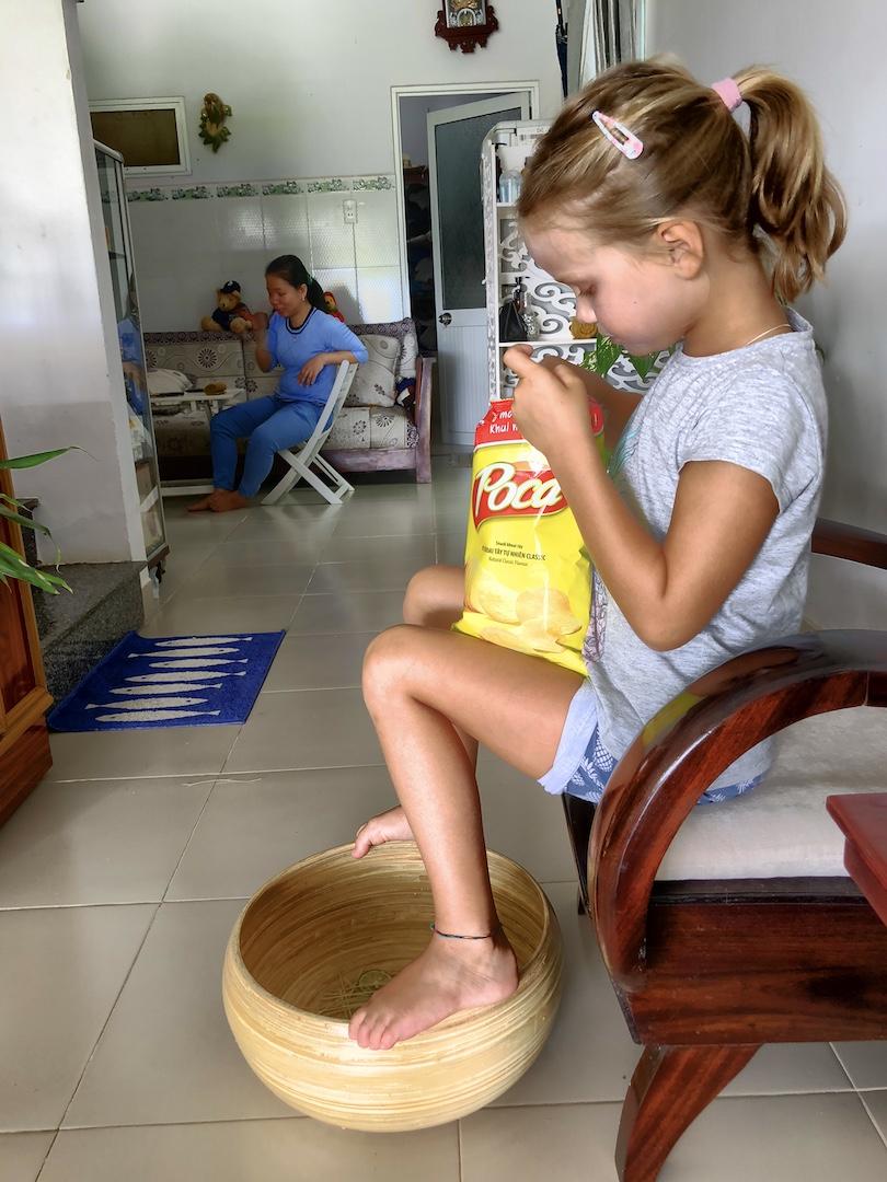 Mädchen mit Chipstüte im Ma Spa, Hoi An, Vietnam