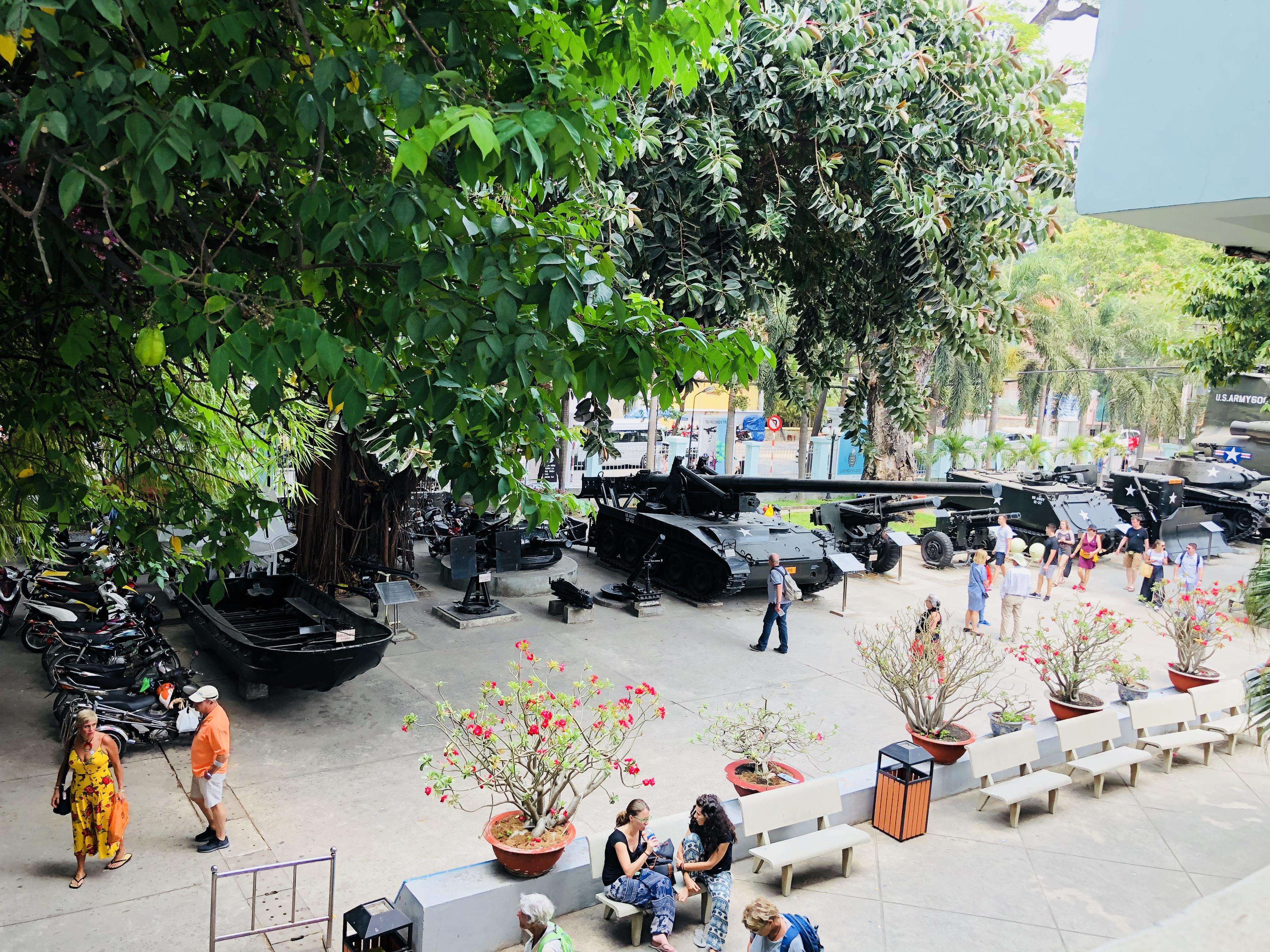 Außengelände vom War Remnants Museum, Ho Chi Minh, Vietnam