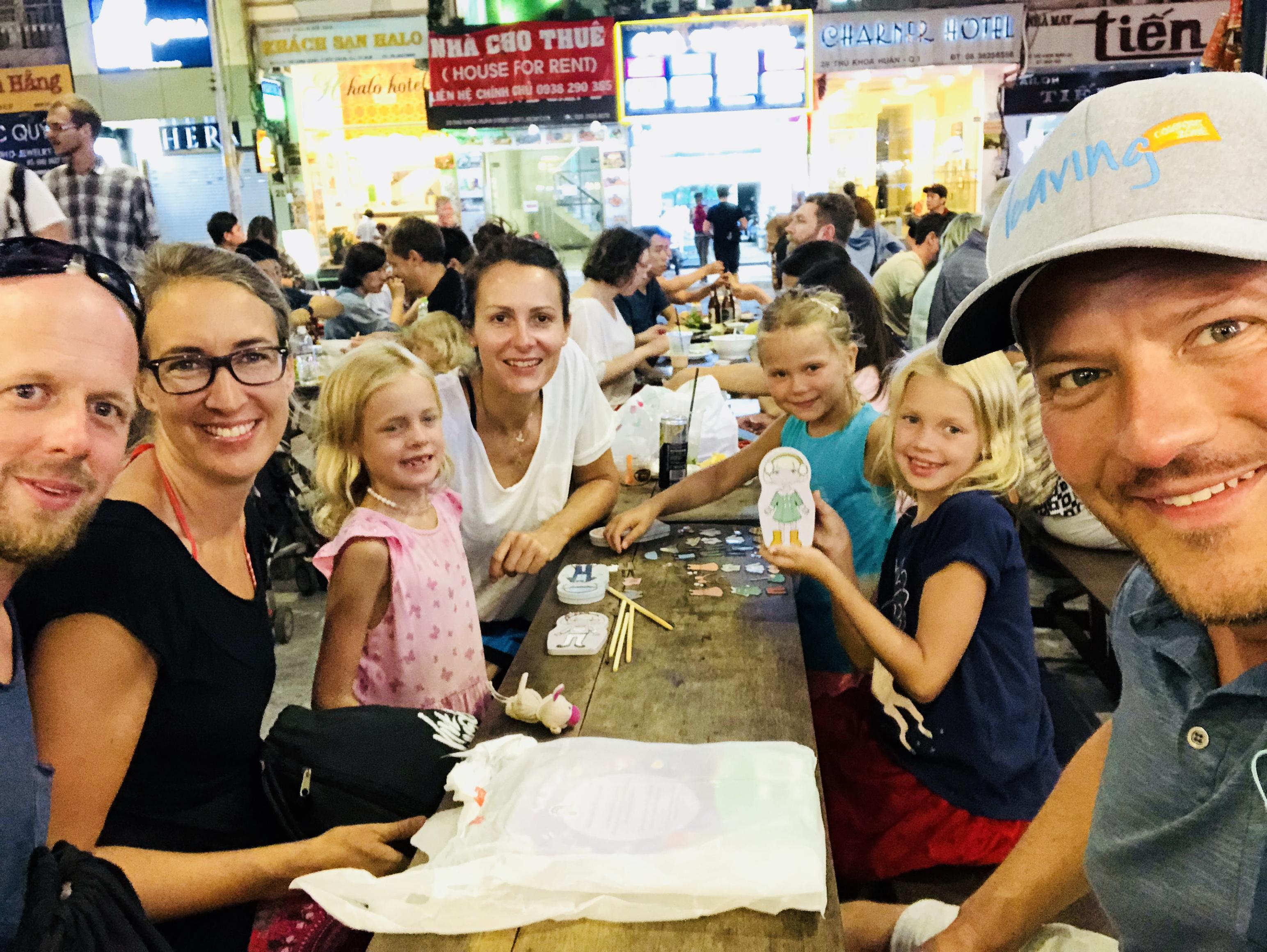 Familie im Ben Thanh Streetfoodmarket, Ho Chi Minh, Vietnam