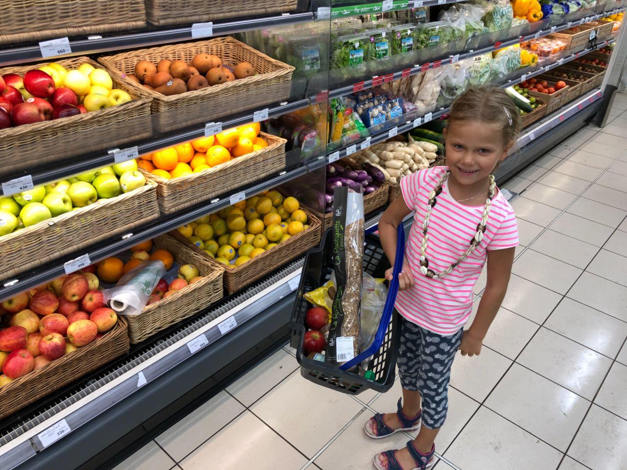 Stop im Supermarkt auf Tahiti in Papeete