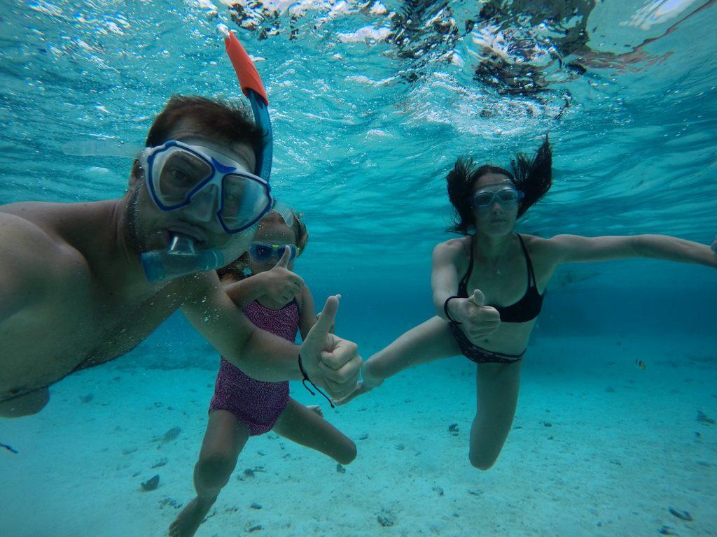 Familie unter Wasser beim Schnorcheln auf Maupiti