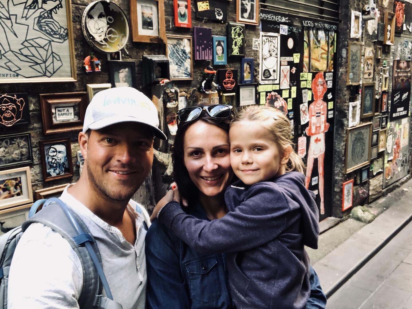 Familie in Melbourne vor einer Streetart, Melbourne, Australien