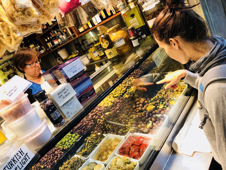 Olivenstand im Queen Viktoria Market, Melbourne, Australien