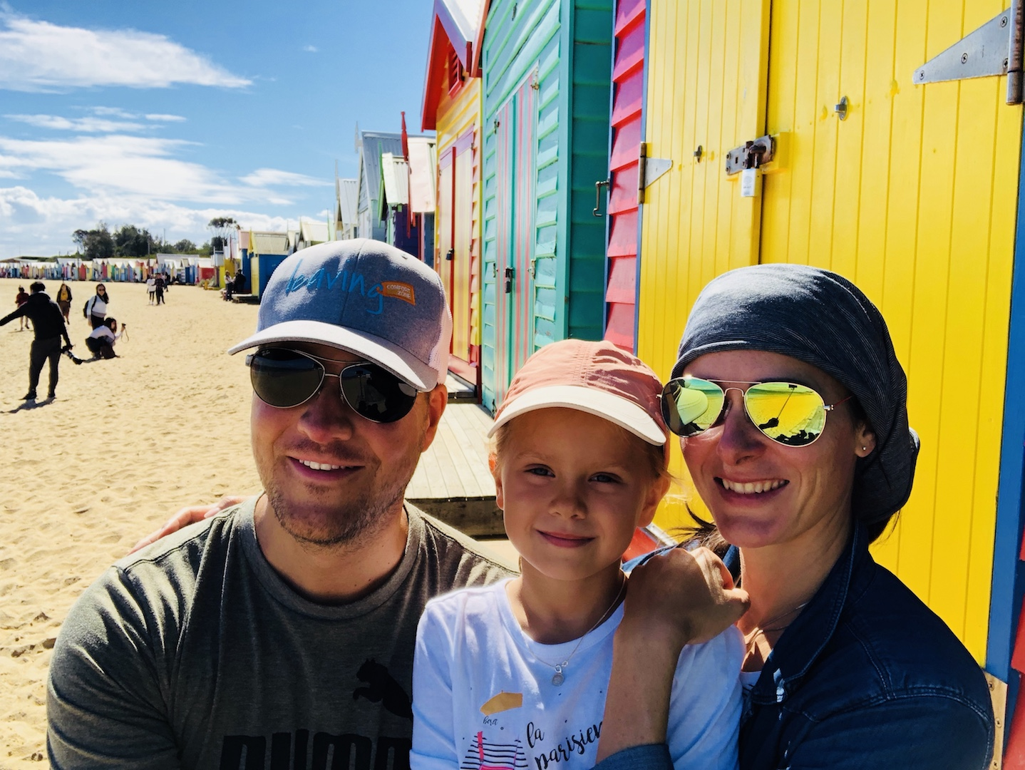 Familie bei den Beach Boxes in Brighton Beach, Melbourne