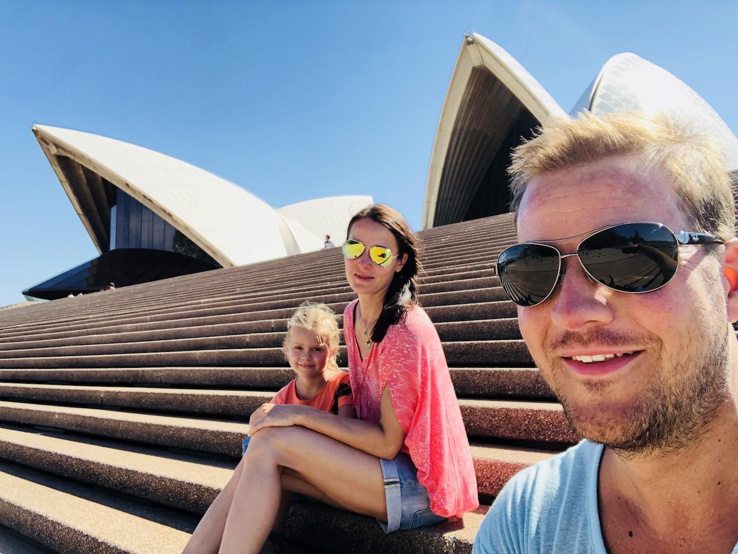Familie vor dem Sydney Opera House