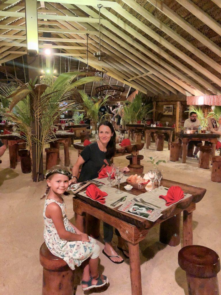 Mutter und Tochter im Bloody Mary's, Bora Bora
