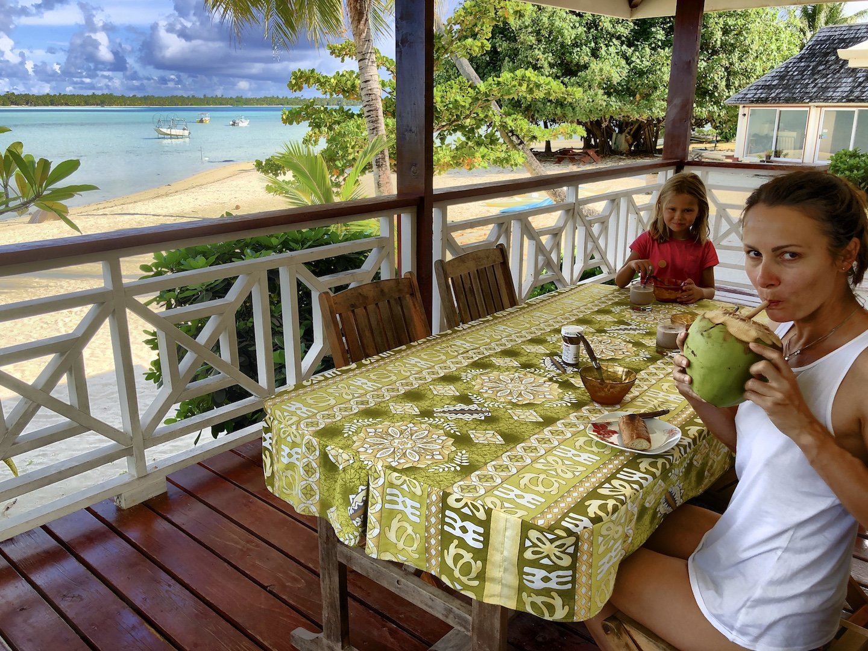 Mutter und Tochter auf der Veranda beim Frühstück auf Maupiti