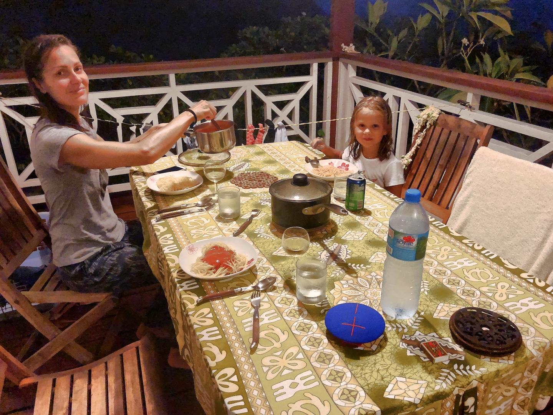 Familie beim Abendessen auf ihrer Veranda auf Maupiti