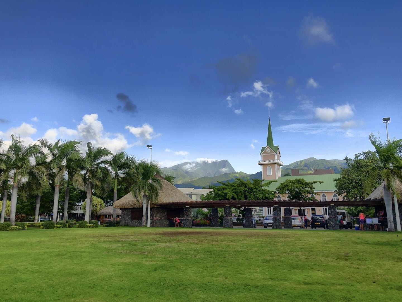 Im Park mit Blick auf die Berge von Tahiti