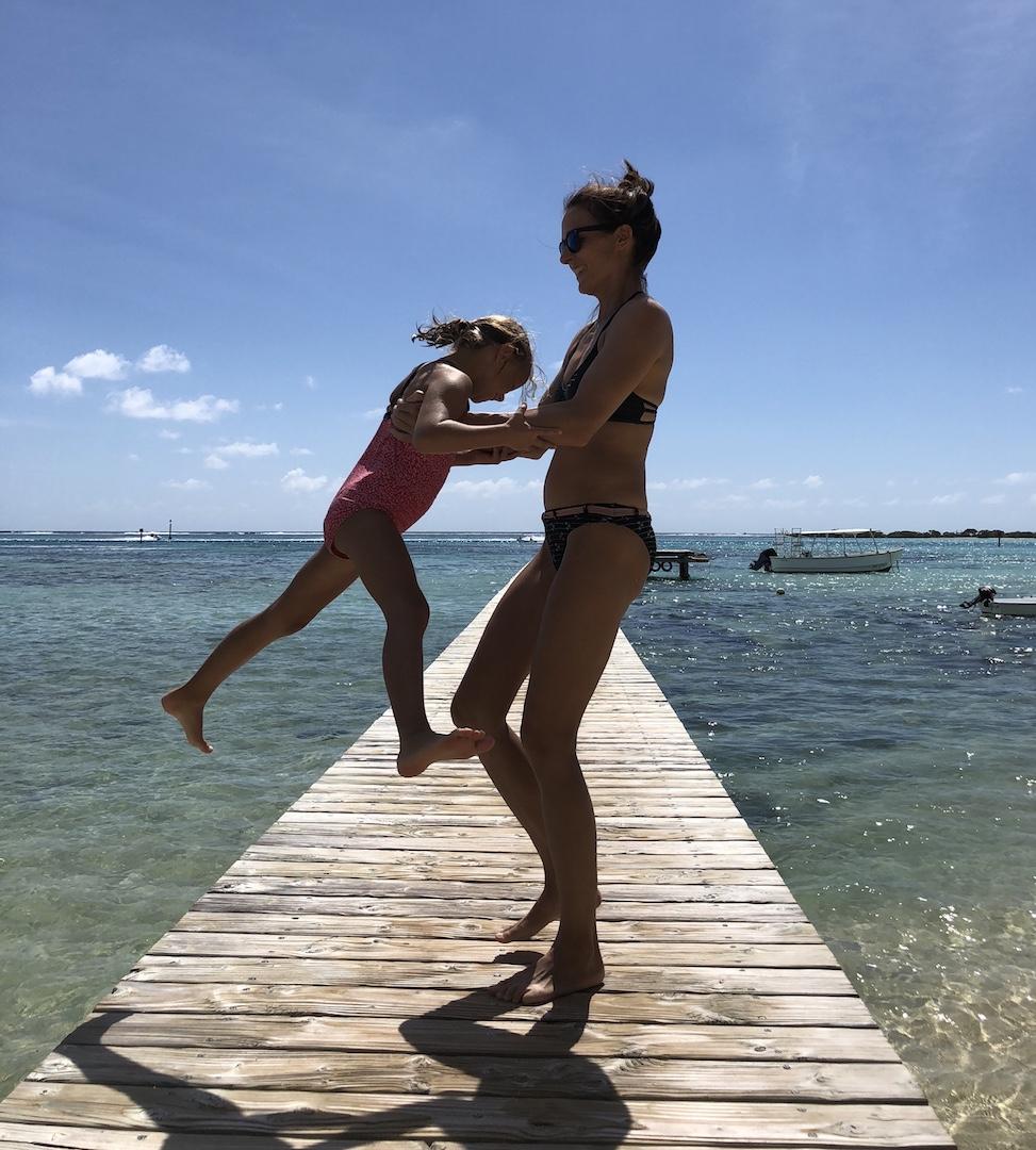 Frau mit Tochter auf einem Steg am Strand auf Moorea