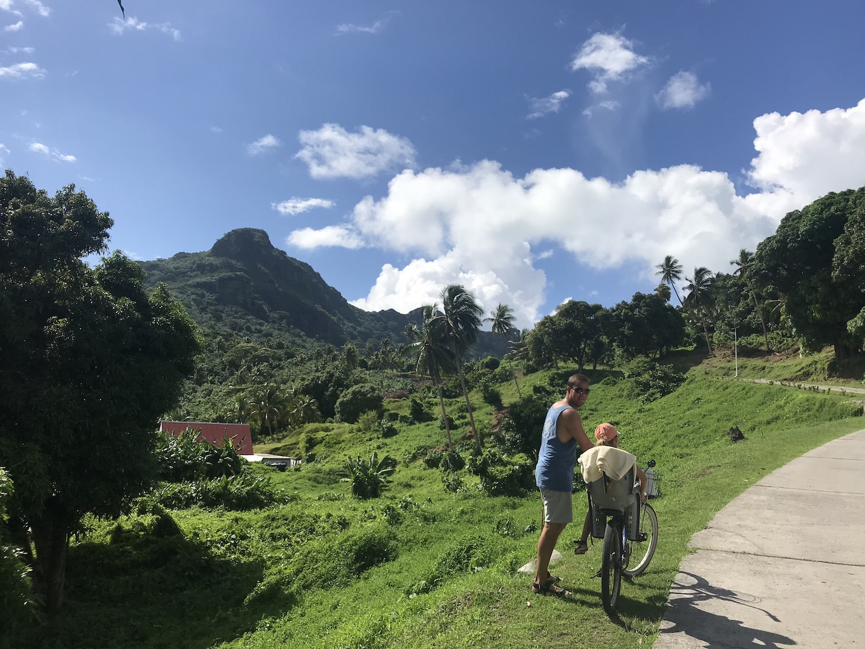 Einziger Hügel auf der Küstenstraße rund um Maupiti