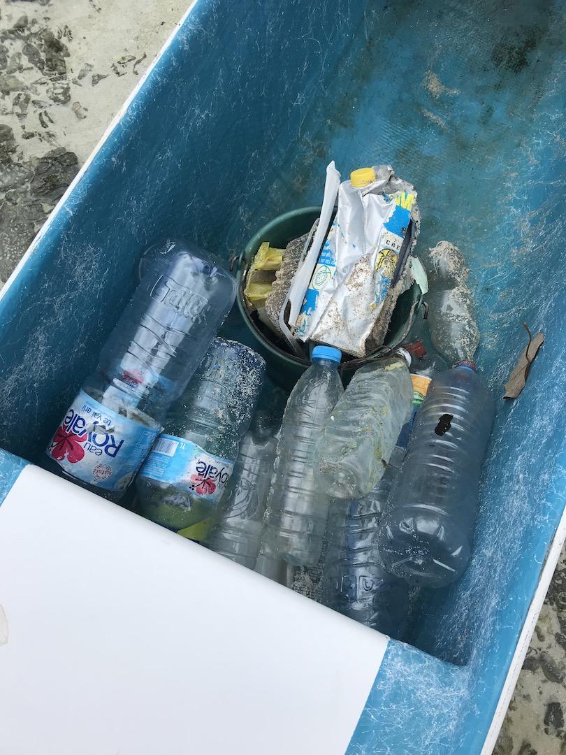 Müll auf dem Motu bei Maupiti