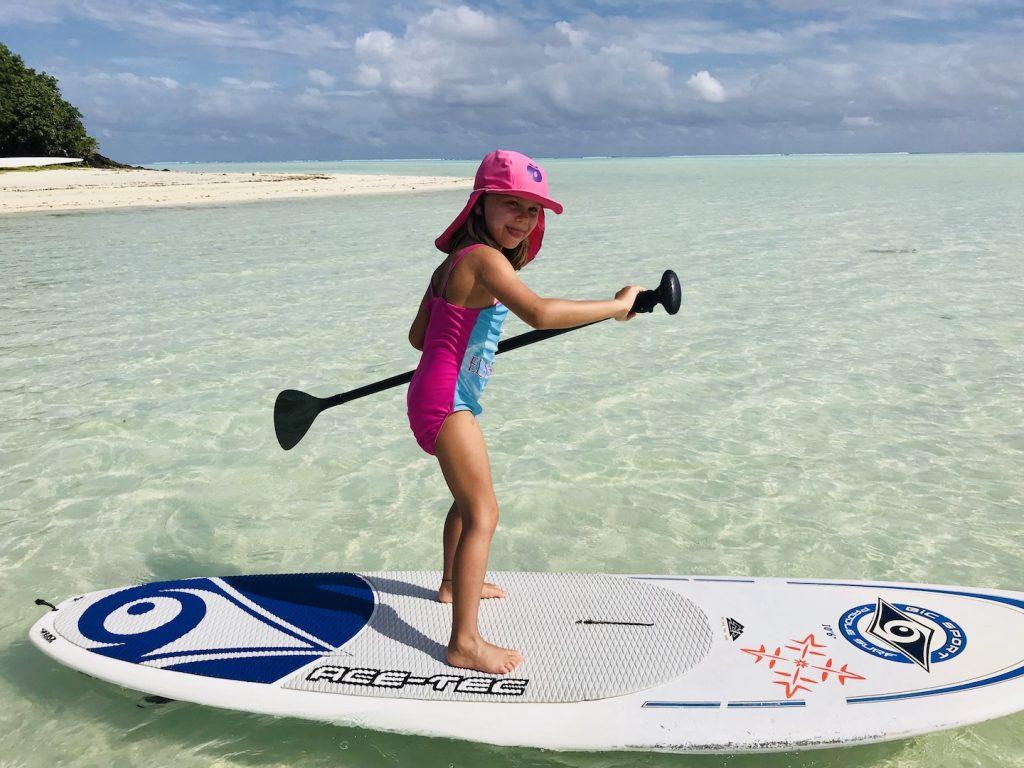 Kleines Mädchen beim Stand up paddling auf Maupiti