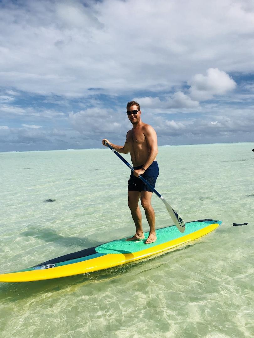 Mann beim Stand up paddling auf Maupiti