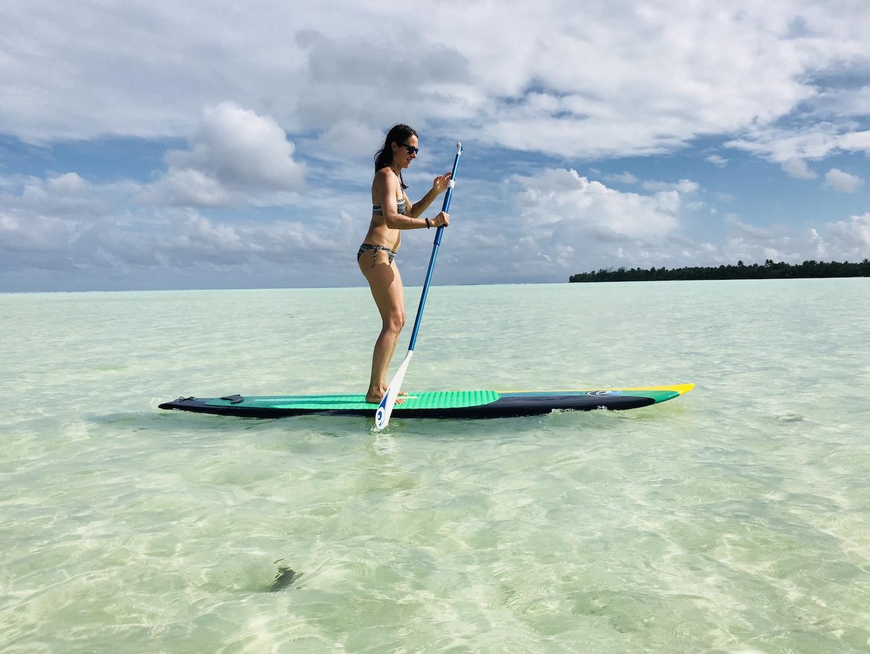 Frau beim Stand up paddling auf Maupiti