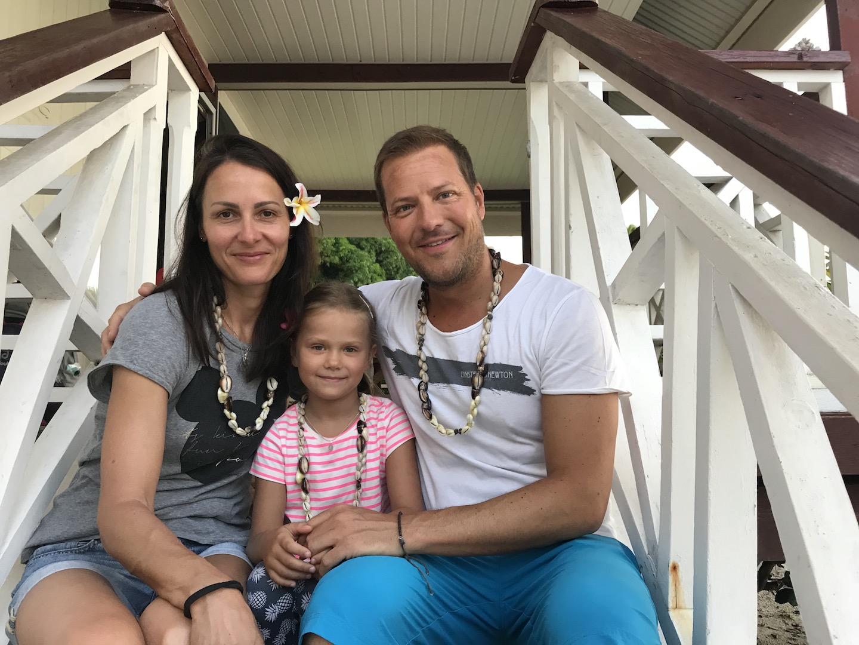Familie vor dem Bungalow der Maupiti Résidence