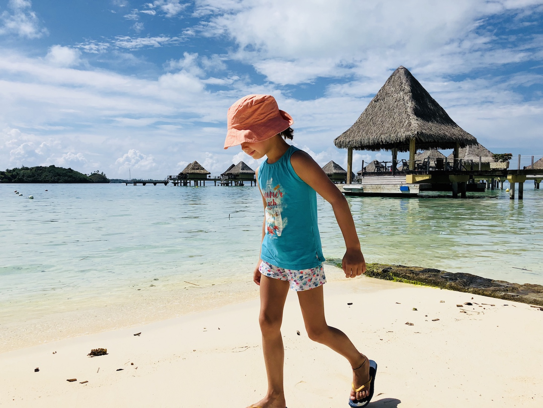 Mädchen am Strand von Bora Bora, French Polynesia