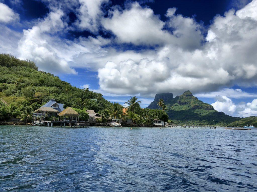 Blick auf Bora Bora vom Wasser aus, Südsee Urlaub