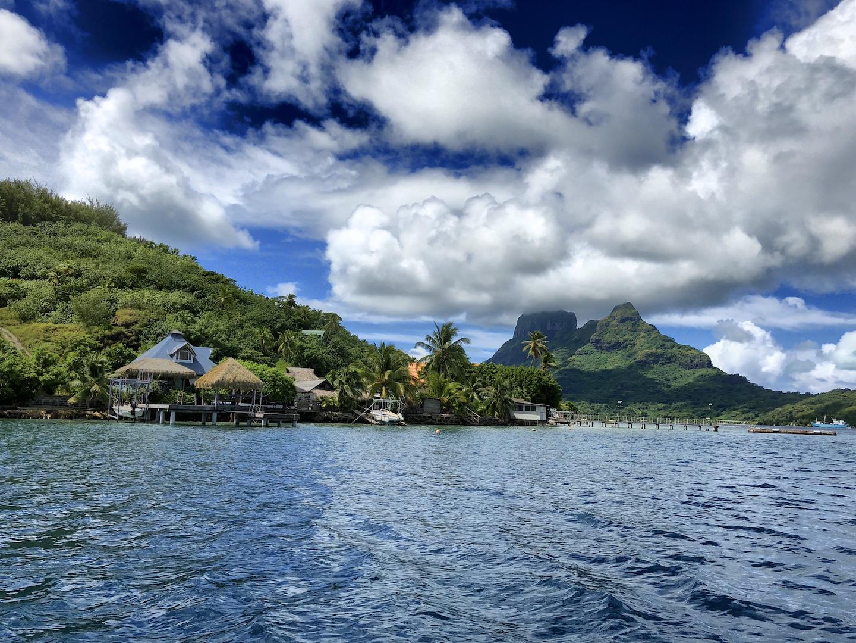 Blick auf Bora Bora vom Wasser aus, Südsee
