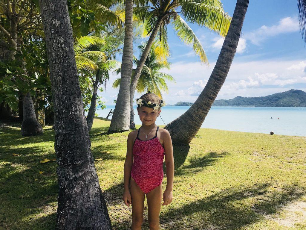 Mädchen mit Blumenkette auf Bora Bora, Südsee Urlaub