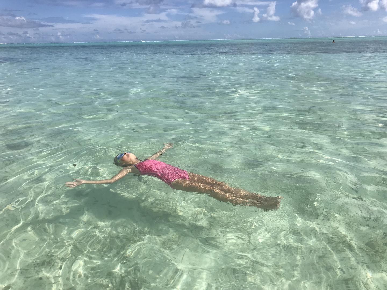 Mädchen im Wasser auf Bora Bora