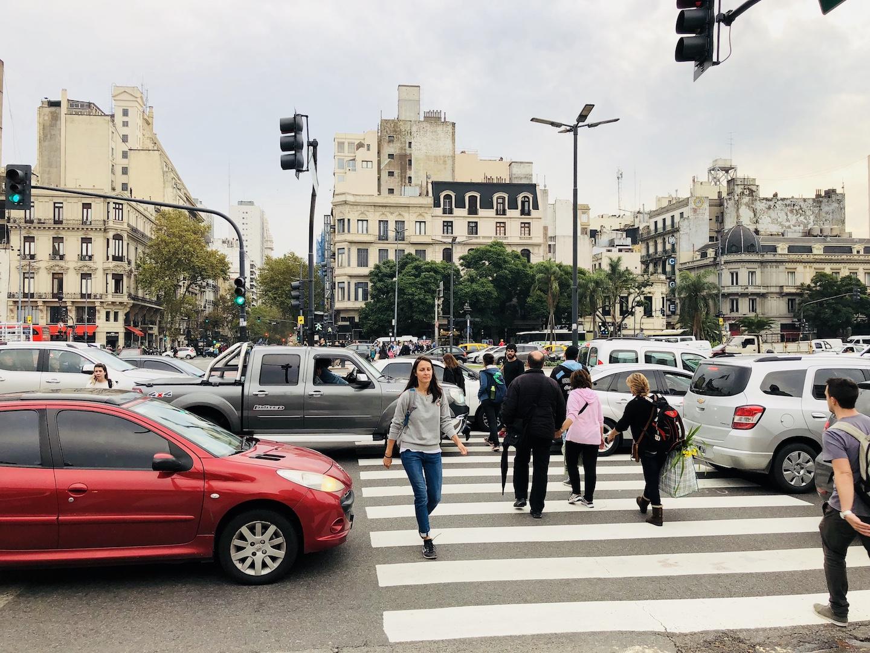 Frau läuft über die Avenida 9 de Julio in Buenos Aires