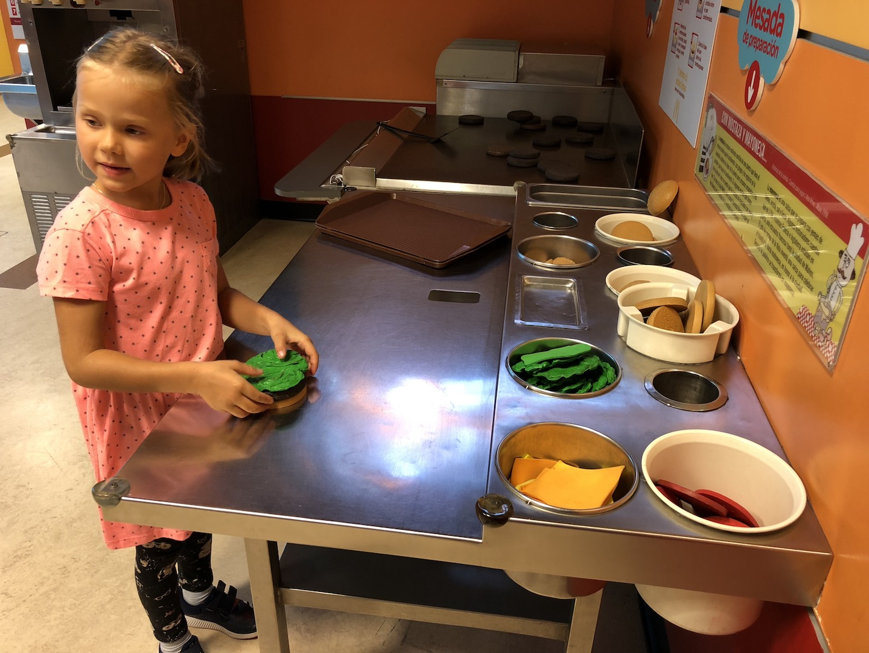 Hamburgerzubereitung im Kindermuseum Buenos Aires