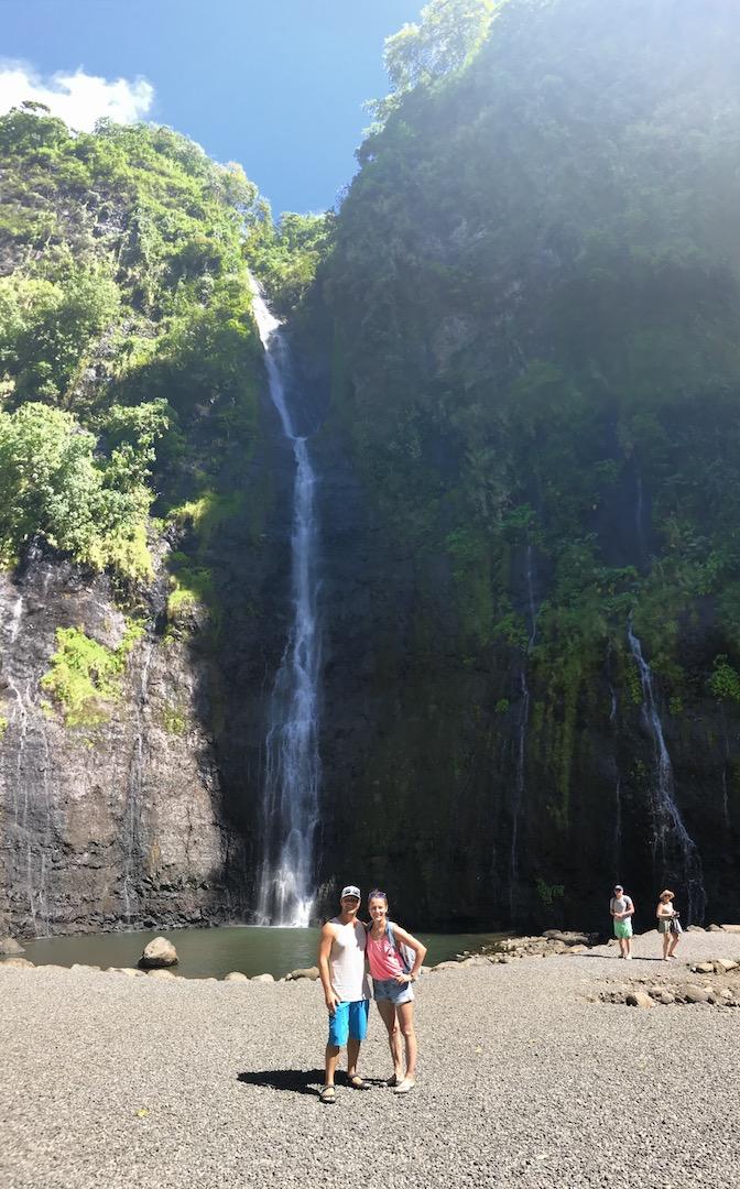 Pärchen vor den Vaimahutu Wasserfällen, Tahiti