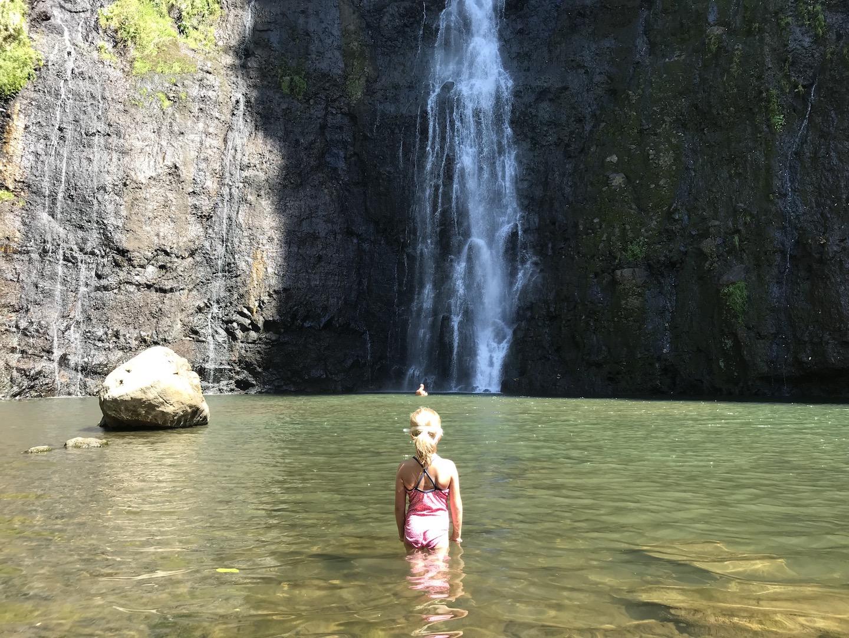 Kind beim Baden bei den Vaimahutu Wasserfällen, Tahiti