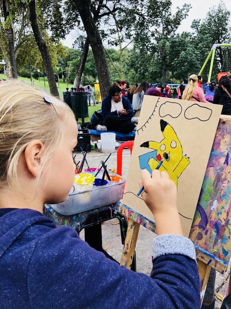 Mädchen malt im Parque Lezama, Buenos Aires