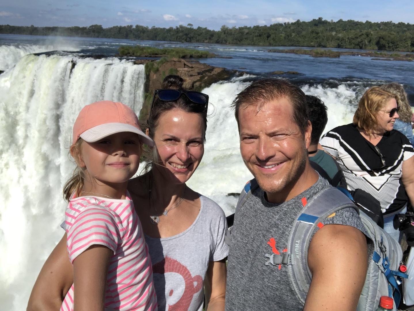 Familie vor den Garganta Diablo, Iguazu Wasserfälle, Argentinien