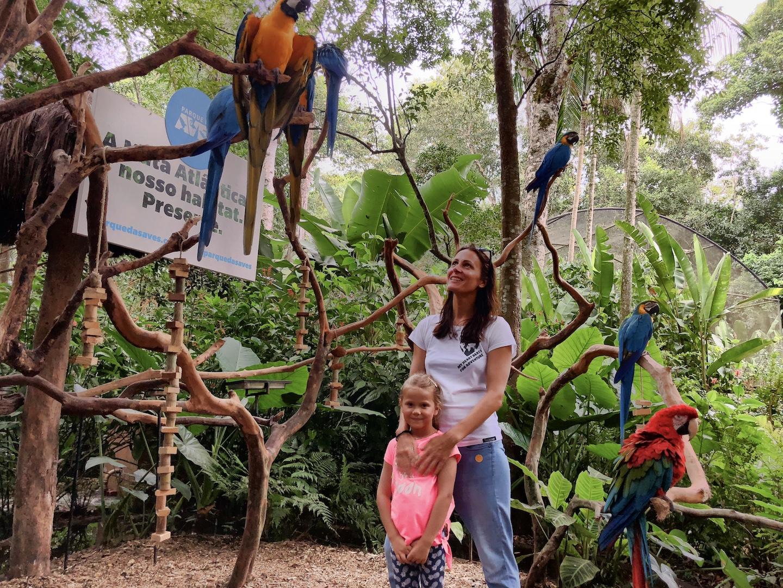Mutter mit Tochter Bei den Aras im Vogelpark bei den Iguazu Wasserfällen, Brasilien