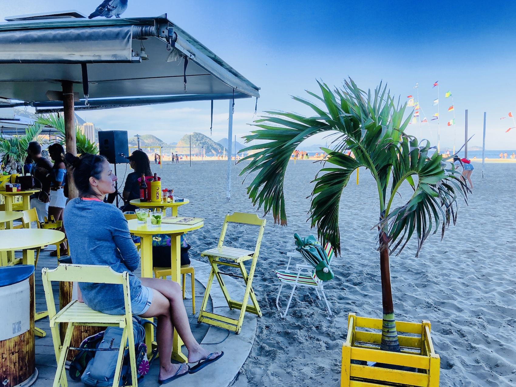 Frau in einer Strandbar an der Copacabana in Rio