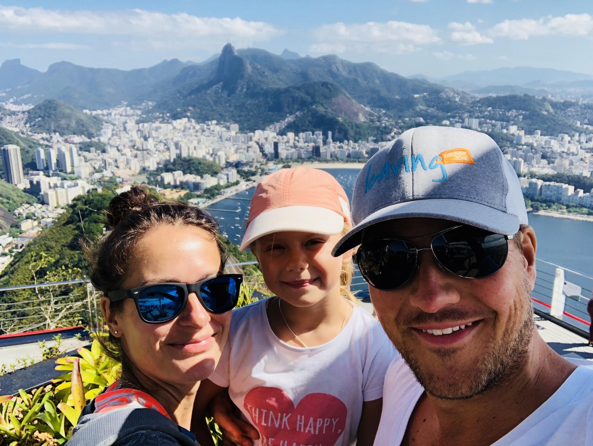 Familie auf dem Zuckerhut in Rio mit der Aussicht im Hintergrund