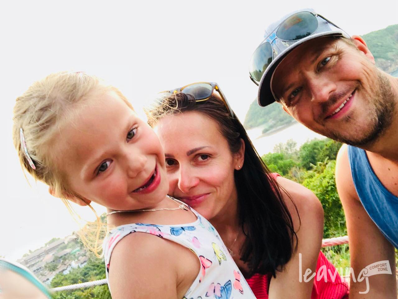 Familie auf Kho Phangan lächelt in die Kamera
