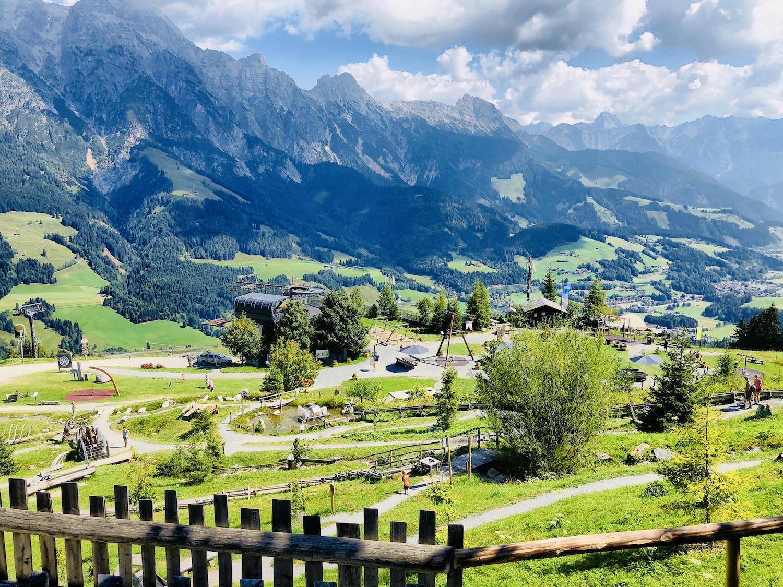 Blick auf den Sinne Park auf der Asitzalm in Leogang, Österreich