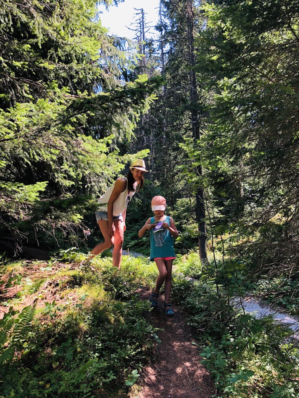 Mutter und Kind durch auf eine Waldweg laufend in Österreich in Ellmi's Zauberwelt