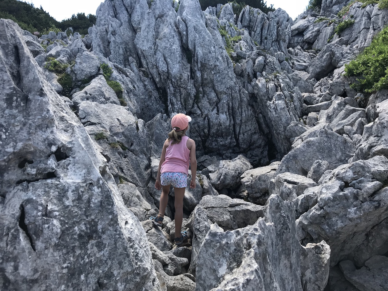 Kind klettert in einem Felsenmeer, Österreich