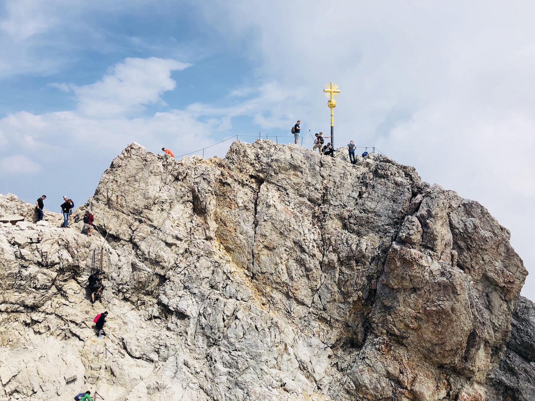 Blick auf den Kletterweg zum Gipfelkreuz auf der Zugspitze, Deutschland