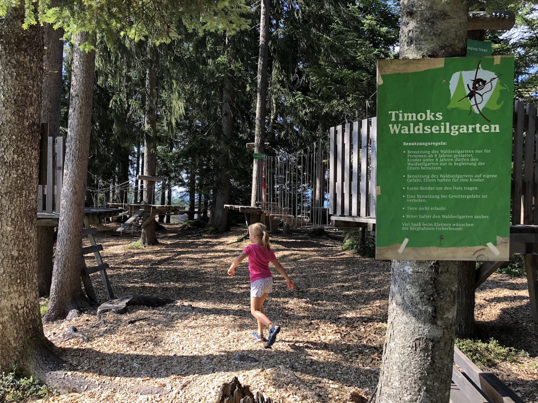Kind läuft zum Kletterseilgarten bei der Streubödenalm in Fieberbrunn, Tirol, Österreich