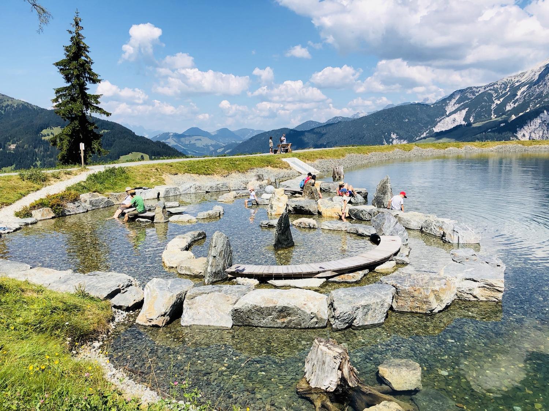 Blick auf den See oberhalb des Sinne Parks, Leogang, Österreich