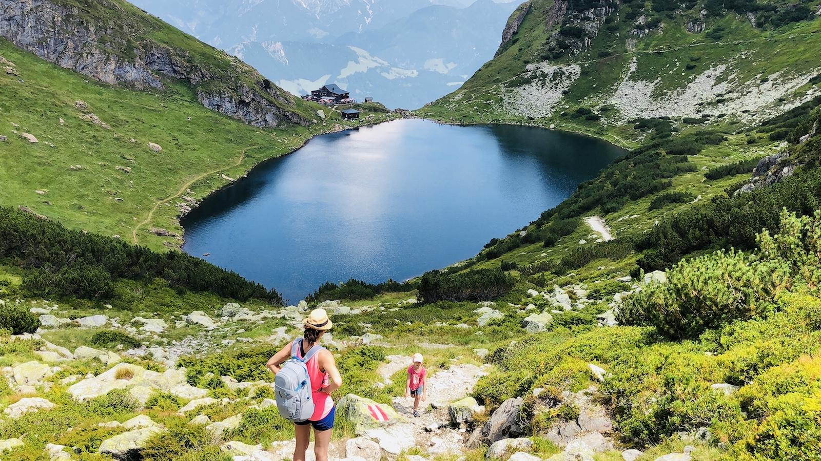 Mutter und Kind beim Wandern am Wildseeloderhaussee in Tirol, Österreich