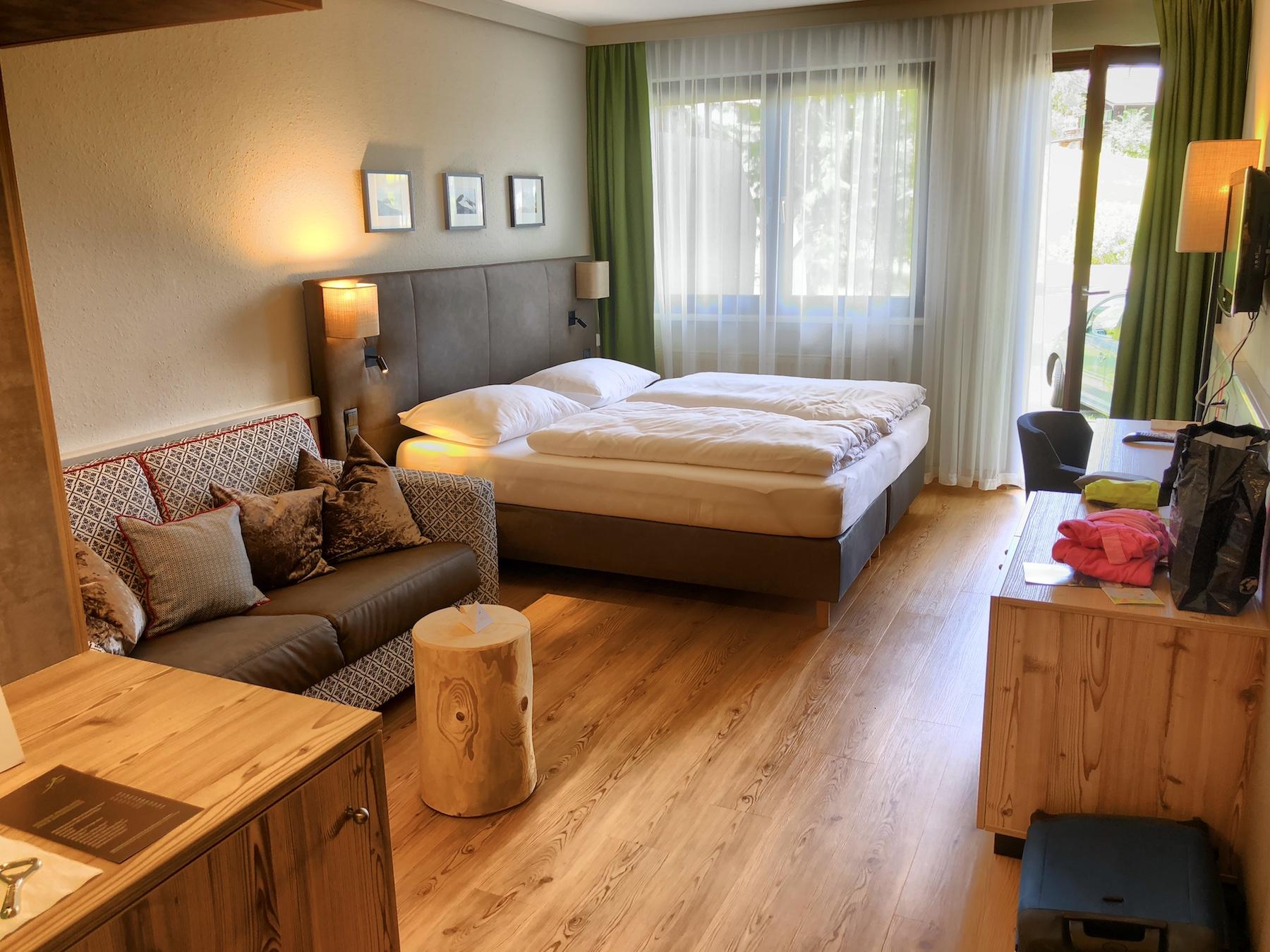 Blick in ein renoviertes Zimmer im Sporthotel Fontana in Fieberbrunn, Tirol, Österreich
