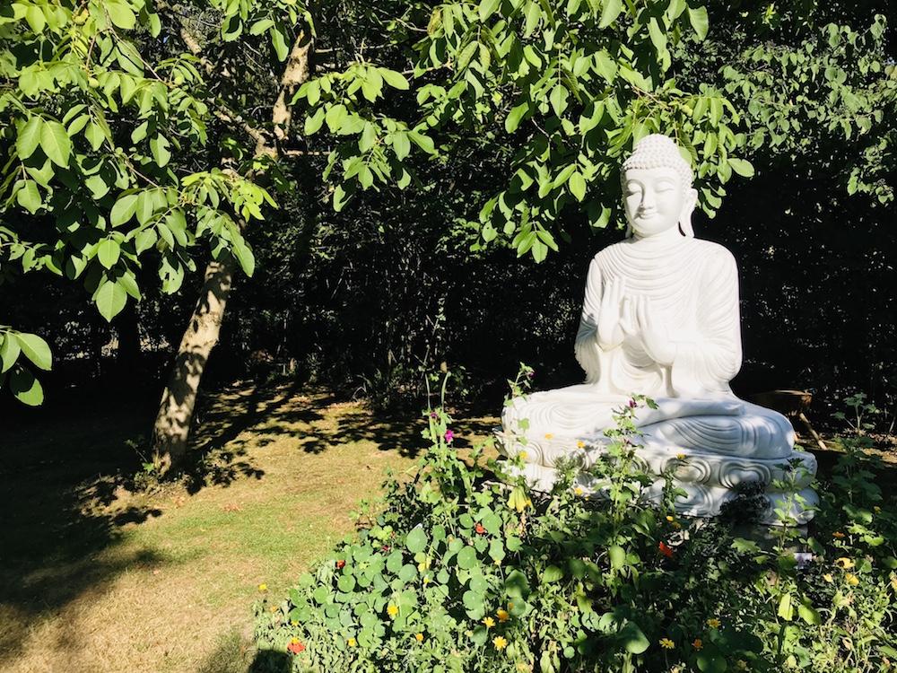 Buddhastatue im Kloster Garten