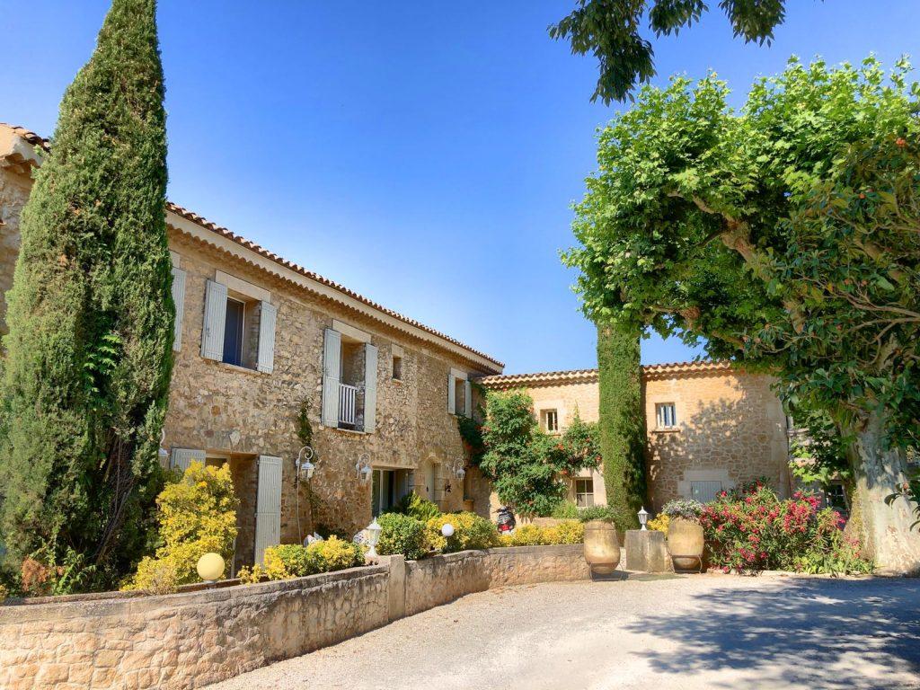 Blick auf ein wunderschönes Steinhaus Le Lantana in Taillades, Provence
