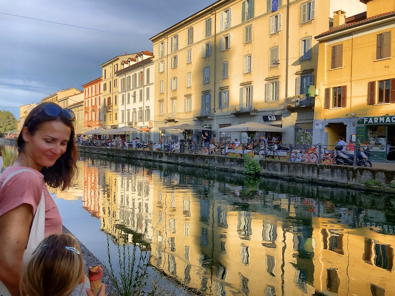 Mutter mit Tochter in Mailand