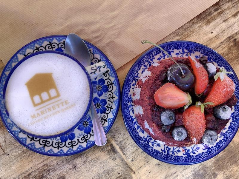 Cappuccino und Kuchen im Café Marinette, Nizza
