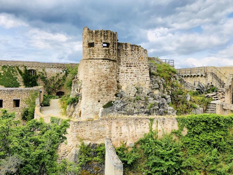 Blick auf Burg Hohlandsberg, Elsass