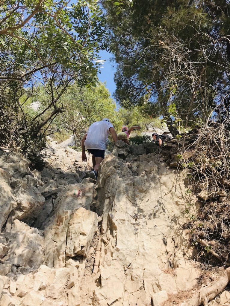 Mann steigt steilen Felsweg hoch, Calanques bei Cassis