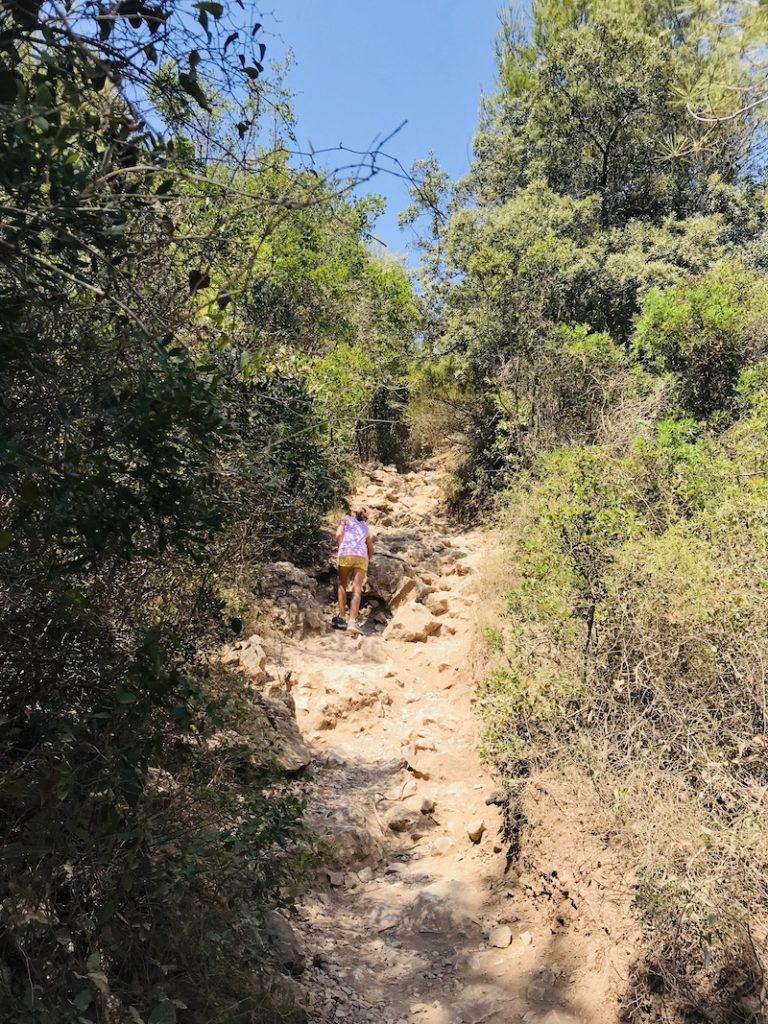 Kind geht steilen Weh hinauf, Calanques Wanderung